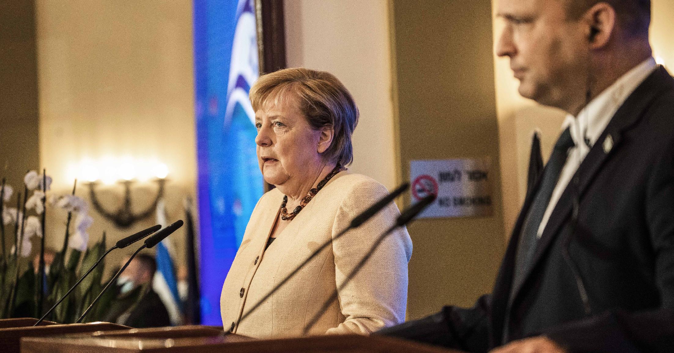Angela Merkel izraeli búcsúlátogatásán is dolgozott