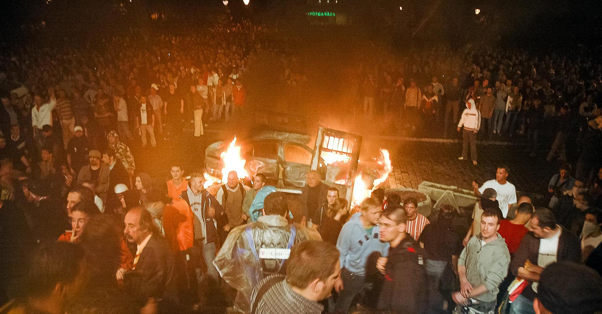 Rendőrautó lángol a Balhán